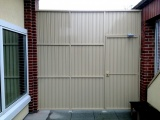 private-aluminum-fence-and-gate-with-a-door-closer